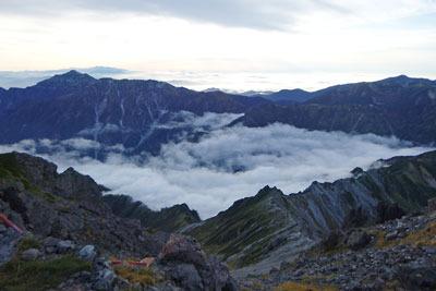 槍ヶ岳野営地から見た西方の夕景。左端の峰は笠ヶ岳(2897m)