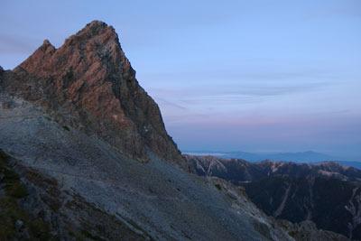 落日の淡色に染まる槍ヶ岳の穂先