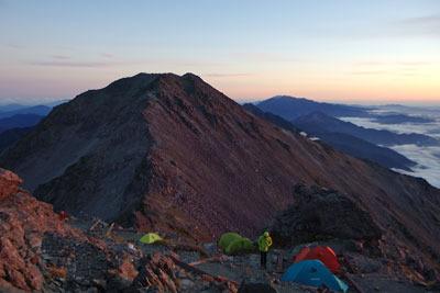 こちらも落日に淡く染まる、南方のテント場及び大喰岳