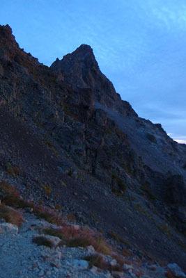 日の出前の薄明に佇む槍ヶ岳穂先