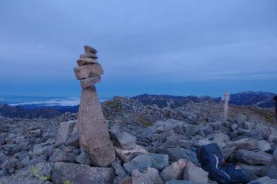 日の出前の大喰岳山頂と、そこにある積石や標識