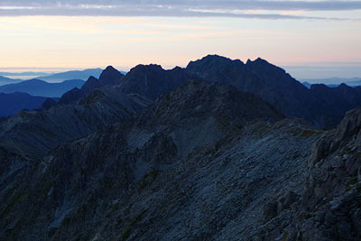大喰岳山頂から見た、日の出前の薄明に佇む穂高連峰