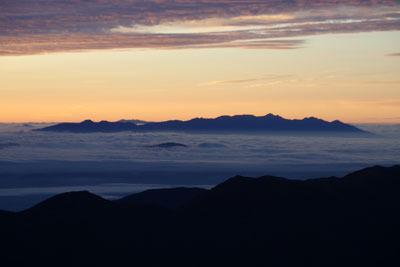 大喰岳山頂から見た、日の出前の雲海に浮かぶ八ヶ岳