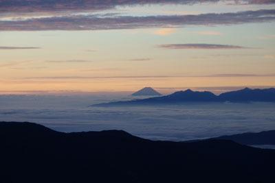 大喰岳山頂から見た、日の出前の雲海に浮かぶ富士山