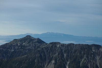 槍ヶ岳山荘辺りから見た、日の出後の笠ヶ岳(左手前)や白山(中央奥)