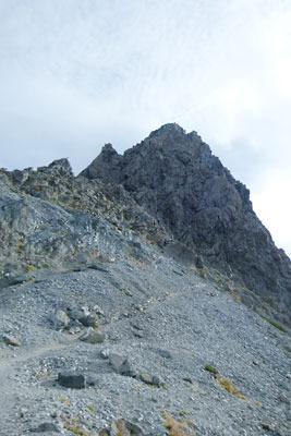 槍の肩から見上げた槍ヶ岳頂部と、左下から右上に続く登頂路