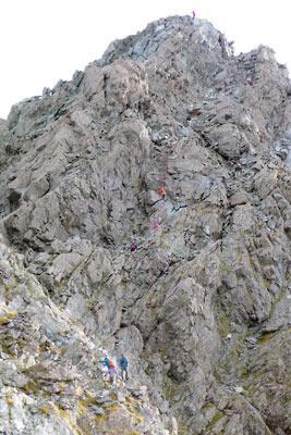 槍ヶ岳の穂先を登る途中に見た、頂部に続く急峻な登頂ルート