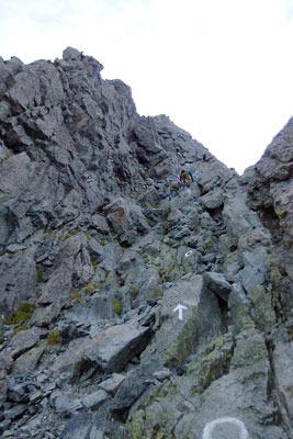急峻な岩場に続く、槍ヶ岳穂先の登頂ルート