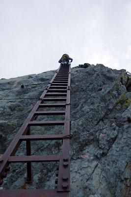 槍ヶ岳の穂先に付けられた、山頂への最後の鉄梯子