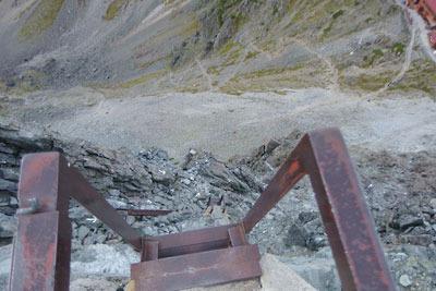 槍ヶ岳山頂の鉄梯子上から見た、槍ヶ岳山荘やテント場、そしてその下方の槍沢圏谷