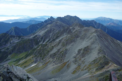 槍ヶ岳山頂から見た、南方の大喰岳や南岳に続く穂高山塊(中央奥)