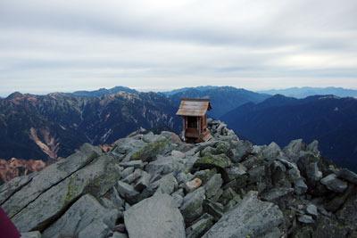 槍ヶ岳山頂北端に設置された祠