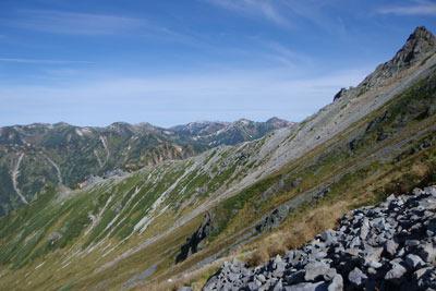 飛騨沢ルートから見た、右上に聳える槍ヶ岳を頂点とする飛騨沢の景