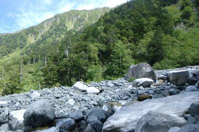 槍ヶ岳右俣(飛騨沢)登山道にある滝谷の河原と、その背後に連なる穂高北方・南岳(3032m)の西尾根