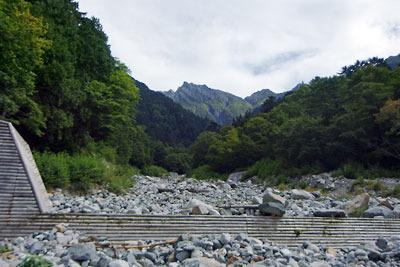 上方に奥穂高岳(3190m)が見える、槍ヶ岳右俣(飛騨沢)登山道途中にある白出沢の河原