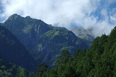 新穂高温泉奥の路上から見た、北方の笠ヶ岳(2897m)方面の高地