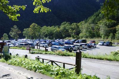 平日にもかかわらず満車状態の新穂高温泉奥の有料駐車場