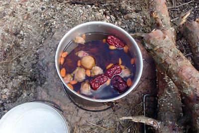 滋賀県・湖南アルプスの野営地で作った大陸西北名産の三泡台茶(八宝茶)