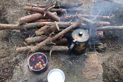 滋賀県・湖南アルプスの野営地に構築した竈での湯沸かしと薪乾燥