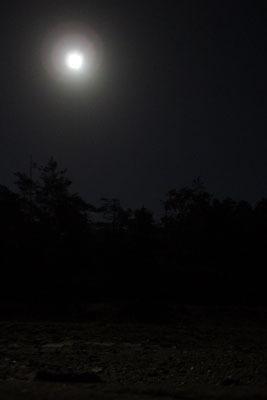 滋賀県・湖南アルプスの野営地上空に昇ってきた秋の満月