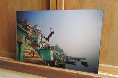 写真展「恒河少年」のメイン作品、高潔(GAO.J)作、ガンジスに飛び込む少年