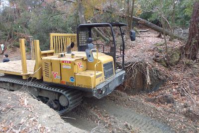 林道工事で破壊された東山の稜線古道と木材運搬用の無限軌道車