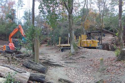 東山稜線傍の作業場の木材整理用重機と運搬用車輌、そして古道の分岐部