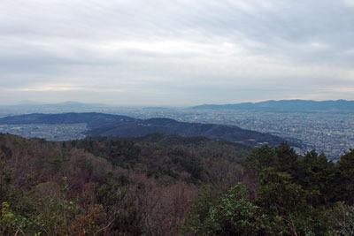 大文字山山頂からみた、京都東山の山々と山科盆地(左)・京都盆地(右)・大阪平野(中央奥)を埋め尽くす市街