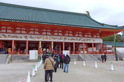 人出少ない、令和二年元旦午前の平安神宮「大極殿」と、そこへ向かう参拝者