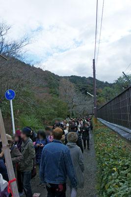参道前の鳥居を越え、遥か疏水縁・哲学の道までのびる大豊神社参拝の列