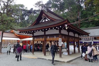 吉田神社本殿前広場と節分参拝者