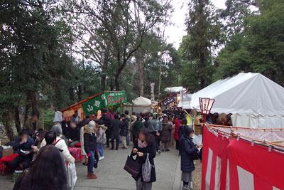吉田神社本殿と大元宮を繋ぐ参道に連なる露店と参拝者