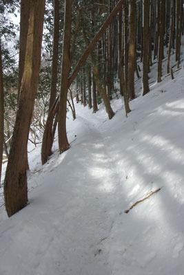 比叡山雲母越の登山道と厚い積雪