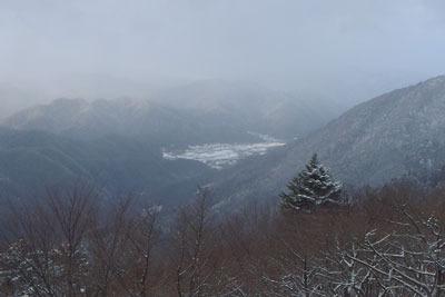 西塔とケーブル駅を結ぶ林道から見えた雪積る大原集落