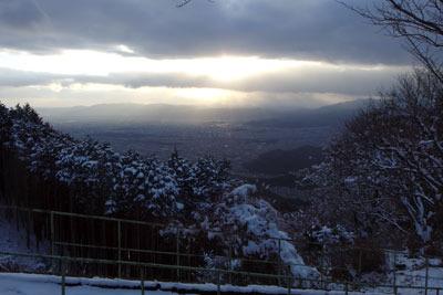ケーブル叡山駅横の展望所から見た寒日の京都市街と夕陽