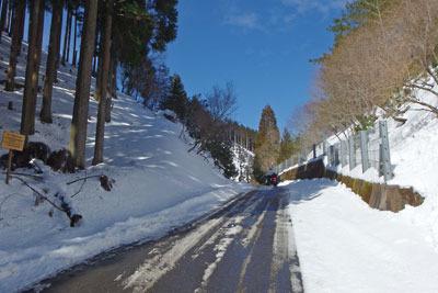 周囲を雪に覆われる芹生峠と北山の青空