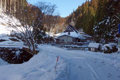 雪に埋もれる芹生集落