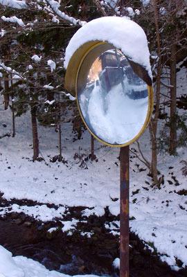 芹生の里道に佇む雪を戴くカーブミラー