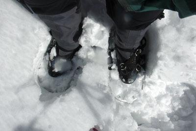芹生三ノ谷雪上でのワカン装着