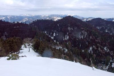深く雪載る雲取山北峰の山頂から見た京都北山や比良山脈の冬景色