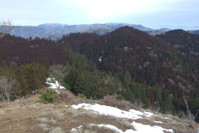 京都・雲取山北峰山頂から見た、僅か3日で雪山風情が失せた京都北山(丹波高地)や滋賀比良(中央奥)の山々