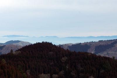 京都・雲取山北峰山頂から見た、2月半ばにもかかわらず雪が消えた鈴鹿山脈
