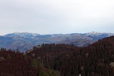 京都・雲取山北峰山頂より見た、2月半ばにもかかわらず雪が激減し山上地面の露出も観察された比良山脈
