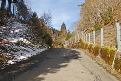 日陰に僅かに雪のこる3月初旬の京都・芹生峠
