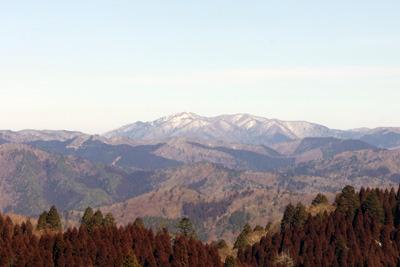京都・雲取山北峰から見えた、残雪に白む、滋賀比良山脈の武奈ヶ岳