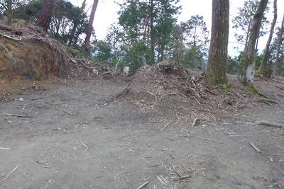 原状回復されずに放置されている、伐採木置場付近にある東山の稜線古道の破壊箇所