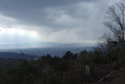 大文字山山頂から見えた京盆地西から迫る雨