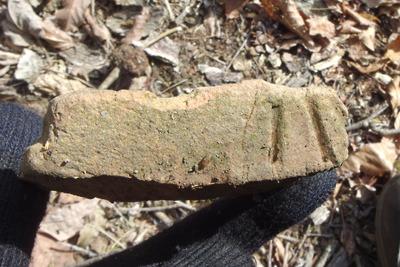 深禅院推定地東の尾根上平坦地で見つけた、下駄の歯状の装飾ある須恵器らしい遺物