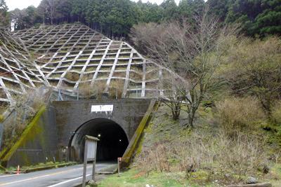 御池岳滋賀側登山口の駐車場から見た鞍掛トンネル入口
