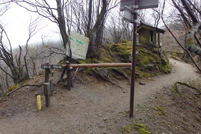 鈴鹿山脈・鞍掛峠の標識や祠、そして御池岳へと続く稜線道